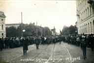 Piekto Dziesmu svētku gājiens Rīgā, 1910.gada 18. jūnijā pie Pilsētas I. Teātra, vēlākā nacionālā teātra