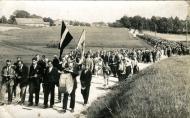 Dziesmusvētku dalībnieku gājiens no baznīcas uz Labdarības biedrību Vecpiebalgā 1930. gadā