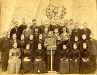 20.Vecpiebalgas Labdarības biedrības koris pie karoga pēc 1879.gada. Augšējā 4.rindā centrā pie karoga 3. no kreisās Matīss Kaudzīte,  3. no labās Jēkabs Paulītis. 3.rindā 1.no kreisās Vecpiebalgas draudze skolas pārzinis Jānis Sliede (Ata Kronvalda znots) 2. rindā 2. no kreisās skolotājs Jānis Ūdris 1. rindā pie pults- diriģents Jēkabs Kornets