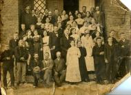 Vecpiebalgas Labdarības biedrības koris 20.gs. sākumā uz biedrības nama kāpnēm. 2. rindā vidū- diriģents Jēkabs Kornets. 1.rindā no kreisās, pirmais no 3 sēdošajiem kungiem- mācītājs P. Gailītis.