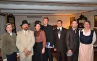 No kreisās: Līze Kaudzīte, Rainis, Aspazija, Jānis Ozols, Matīss Kaudzīte, Kārlis Skalbe, mistērijas režisore Inese Pilābere