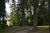 Vaktskalns - Kārļa, Lizetes un Ilzes Skalbes atdusas vieta