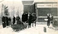 """Kolhoza """"Alauksts"""" kolhoznieki ierodas uz eglītes pasākumu """"Saulrietos"""", 20.gs. 60.gadi."""