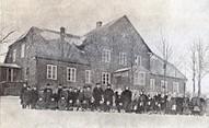Skolēni pie Ogrēnskolas 20. gs. sākumā.